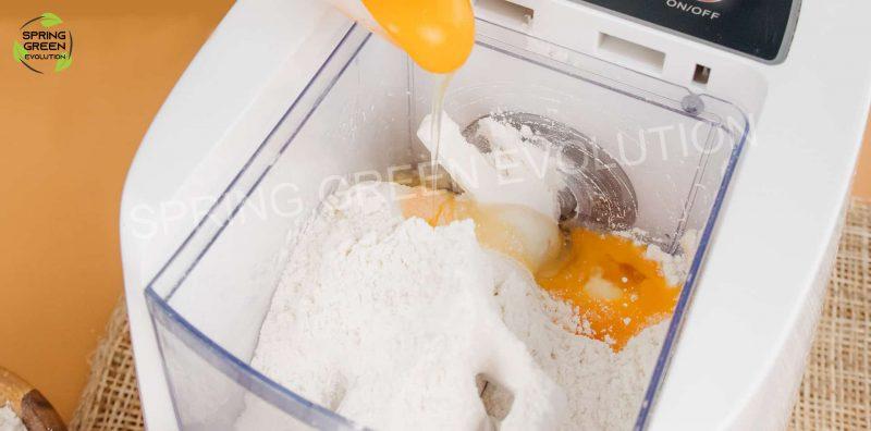 Cho các nguyên liệu vào máy làm mì Pasta make